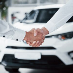 Zwei Menschen schütteln sich die Hand