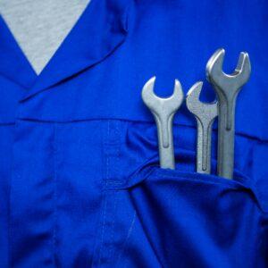 Drei Schraubenschlüssel in Brusttasche
