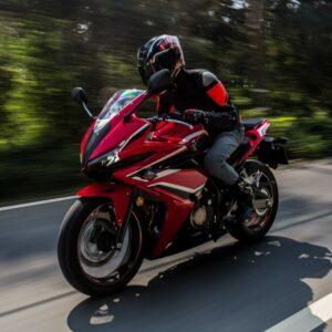 Motorradfahrer auf rotem Motorrad
